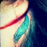 détail tatouage plume de Demi Lovato derrière l'oreille