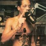 Tatouage de scorpion sur les abdos de joey starr