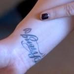 détail tatouage stay strong et coeur de Demi Lovato sur les poignets