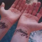 tatouage stay strong de Demi Lovato sur les poignets