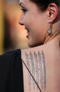 tatouage dos angelina jolie robe noire