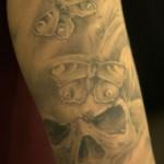 tatouage tete de mort et papillons