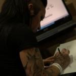 tatoueuse qui dessine