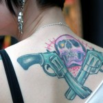 tatoauge nuque femme pistolets