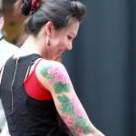 tatouage bras femme fleurs roses et vertes