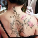 tatouage dos femme fleurs