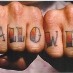 Tatouage Halloween sur les poings