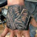 tatouage liasses dollards sur la main