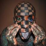 Matt Gone l'homme damier et ses tatouages du blanc des yeux