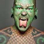 Eric Sprague, Lizardman, ou homme lézard, musicien dans un groupe de rock et artiste de cirque, est devenu célèbre suite à ses nombreuses modifications corporelles