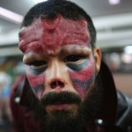 Homme singe lors d'un salon du tattoo