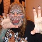 """Dennis Avner, plus connu sous le nom de l'homme-félin, ou de """"Stalking Cat"""", voulait suivre la voie du tigre après avoir rencontré un chef indien. Il est mort en 2012, probablement d'un suicide"""