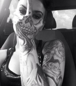 tatouage insolite effet d'optique visage de squelette