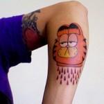 tatouage insolite de tête de garfield