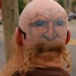 tatouage insolite de Moustache sur la tête