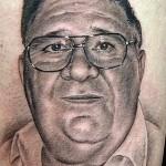 tatouage insolite d'un papy
