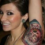 tatouage insolite de requin sur l'aisselle
