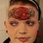 tatouage insolite de rose sur le front