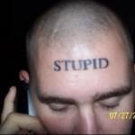 tatouage insolite stupid sur le front