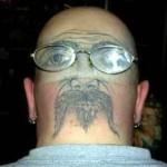 Tatouage insolite visage à l'envers