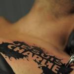Tatouage je suis Charlie sur le torse : quand le tatouage s'inspire de l'actualité et affiche ses convictions