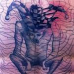 Tatouage raté arlequin empêtré dans sa toile
