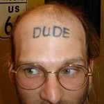 Tatouage raté dude sur le front