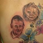 Tatouage raté d'enfants fleuris