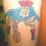 Tatouage raté de pirate qui joue au football américain