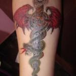 Tatouage raté de poignard et serpent