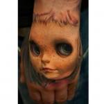 Tatouage insolite de visage sur la main