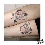 tatouages roses symetriques