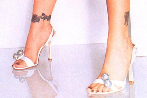 tatouage alyssa milano tattoos de stars tatouages nuque d 39 alyssa milano tattoo tatouages com. Black Bedroom Furniture Sets. Home Design Ideas