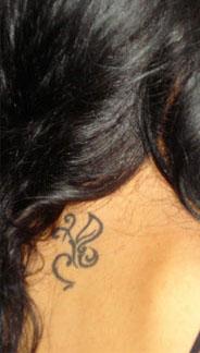 tatouage nuque mod le de tattoo sur la nuque le cou tatouages papillon fleur toiles. Black Bedroom Furniture Sets. Home Design Ideas