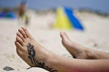 Tatouage pied mod le de tatouage sur le pied motifs pour tattoo des pieds papillon fleurs - Tatouage pied homme ...