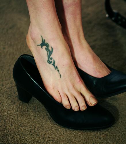 tatouage pied mod le de tatouage sur le pied motifs pour tattoo des pieds papillon fleurs. Black Bedroom Furniture Sets. Home Design Ideas