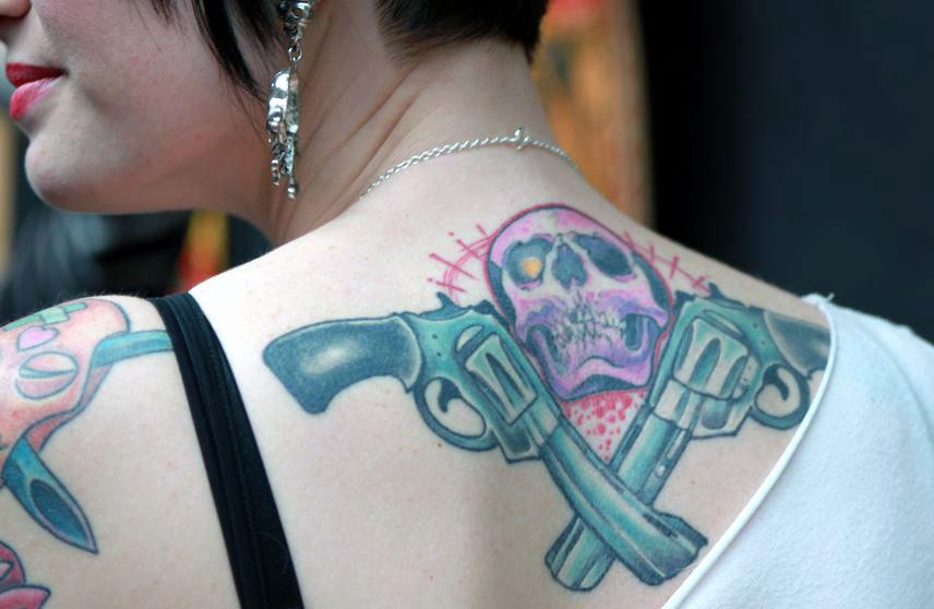 Mondial du tatouage 2013 reportage et photos tattoo tatouages com - Tatouage pistolet femme ...