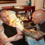 Florent pagny en plein tatouage avec Tin-Tin
